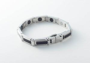 方塊不鏽鋼鑲嵌碳纖維帶,帶出整體的時尚前衛感